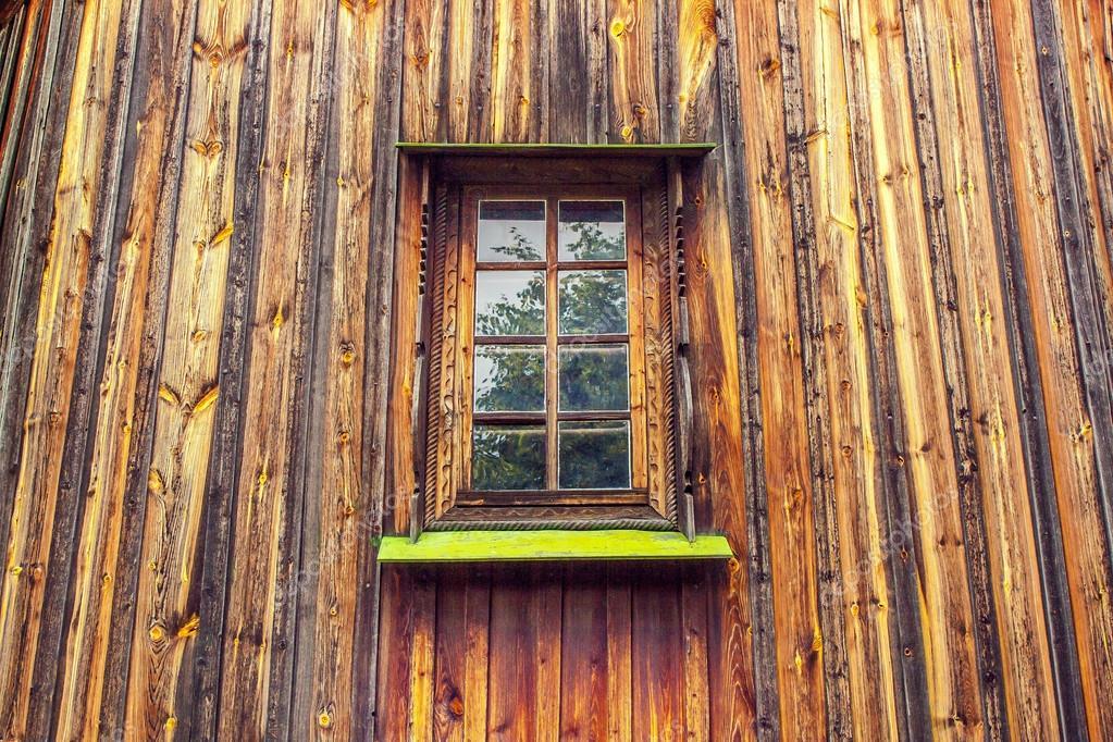 talla marco y ventana de la vieja casa de madera de tableros — Fotos ...