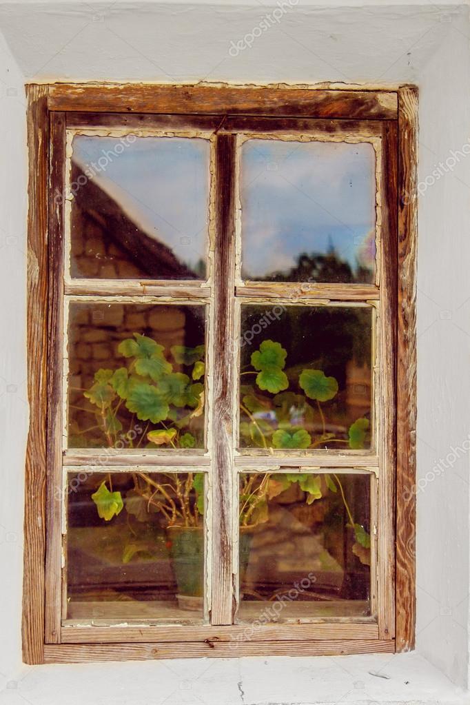 ventana antigua con estructura de madera — Foto de stock © Artex67 ...