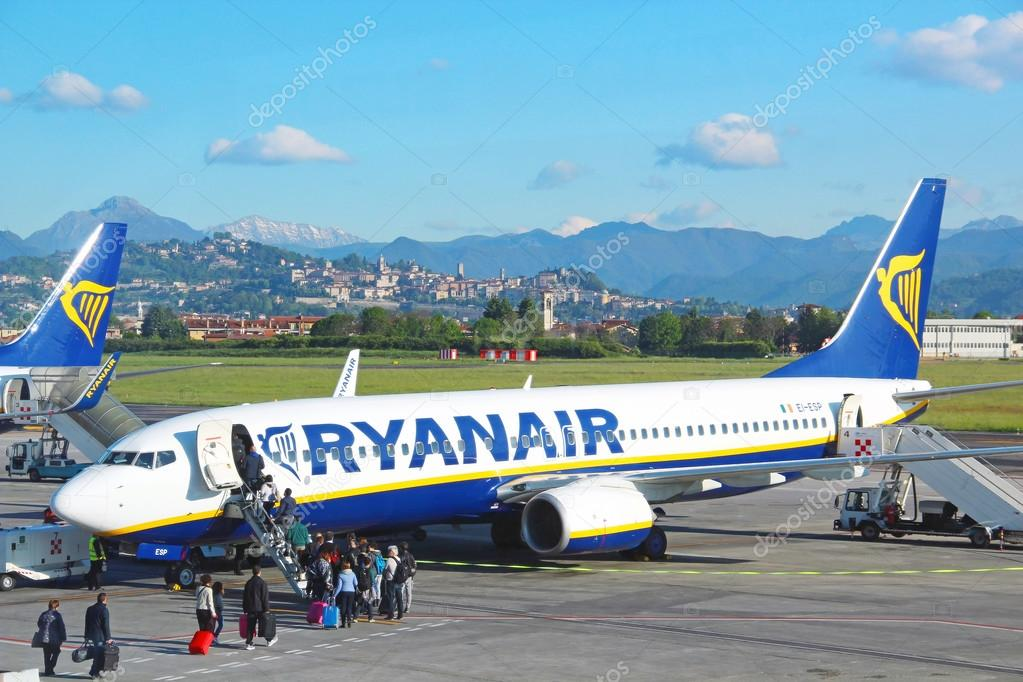 Airport Orio Al Serio : Ryanair aircraft at orio al serio airport in bergamo