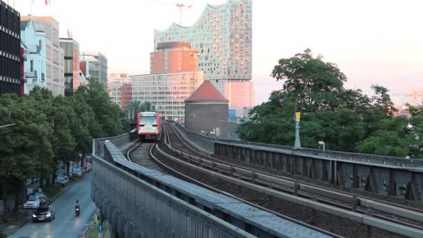 Hochbahn-Zug kommt am Bahnhof in hamburg