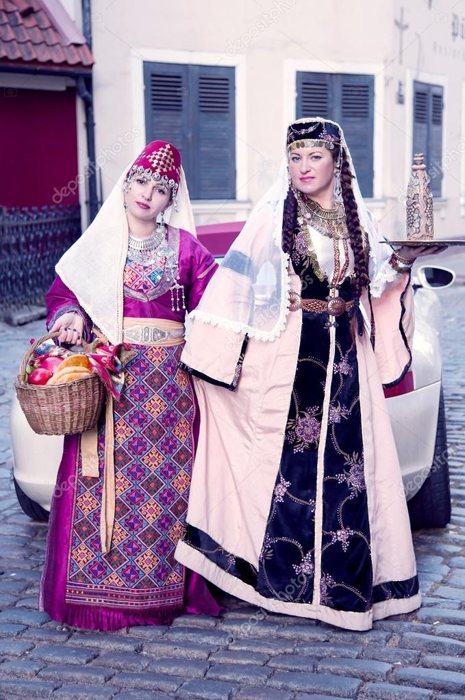 Dos señoras lindas son en los trajes de armenios — Fotos de Stock ...