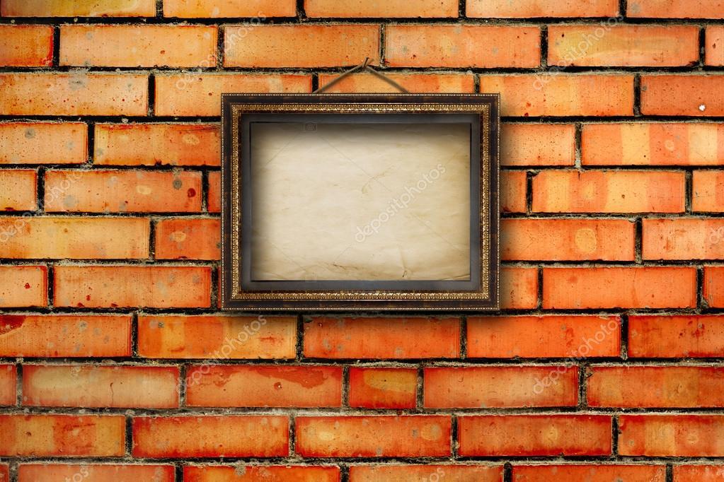 Marcos de madera vintage para los cuadros en la pared de ladrillo ...
