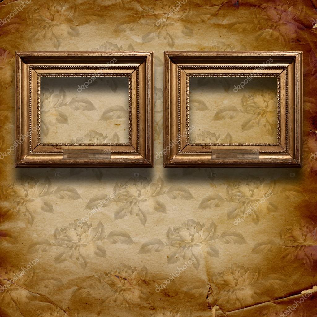 habitación vieja, interior grunge con marcos en estilo barroco ...