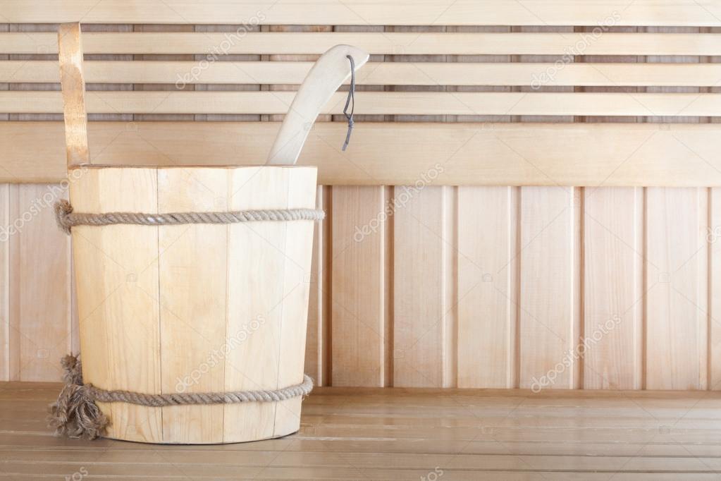 sauna en bois traditionnel pour se d tendre avec seau d 39 eau photographie loraliu 65253345. Black Bedroom Furniture Sets. Home Design Ideas