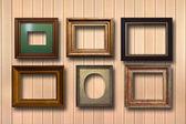 Zlacené dřevěné rámy pro obrázky na pozadí