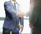 Üzleti kézfogás. Két üzletember kezet az irodában.