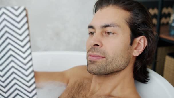 Nahaufnahme Porträt der attraktiven jungen Brunet Lesebuch in der Badewanne lächelt entspannt