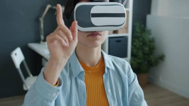 Glückliche Büroangestellte genießt die Augmented-Reality-Brille und lächelt bei der Arbeit