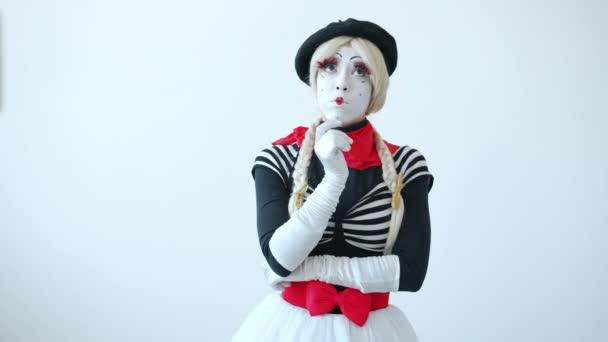 Aranyos lány pantomim gondolkodás felemeli ujját gondolkodás kreatív ötletek álló egyedül