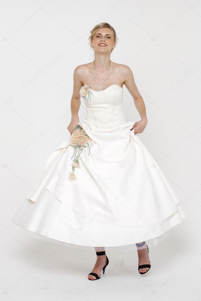 Grijze Trouwjurk.Portret Van Prachtige Bruid Trouwjurk Dragen Over Grijs Backg