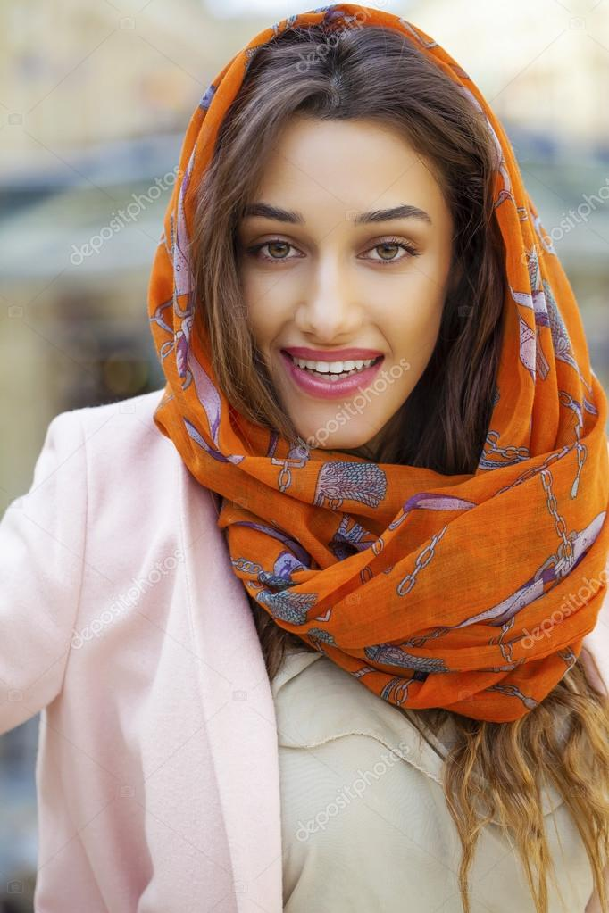 portrait d 39 une jeune femme musulmane portant un foulard. Black Bedroom Furniture Sets. Home Design Ideas
