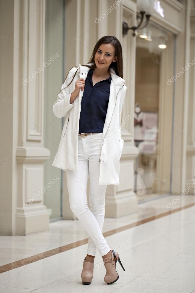 Bella Giovane Donna In Pantaloni Bianchi E Giacca E A Piedi Il Mal