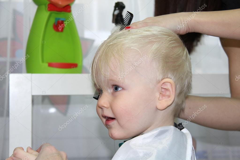 Blond petit gar on coupe leur cheveux dans un salon de for Salon de coiffure pour enfant