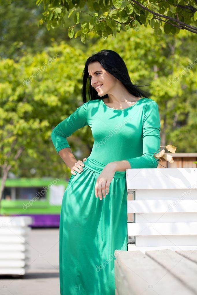 2259b1d7ecc8 όμορφη νεαρή γυναίκα στο πράσινο μακρύ φόρεμα — Φωτογραφία Αρχείου ...