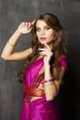 Fotografie junge hübsche Frau im indischen Rotes Kleid