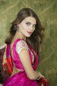Junge hübsche Frau in indischen roten Kleid