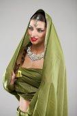 Fotografie junge hübsche Frau im indischen grünes Kleid