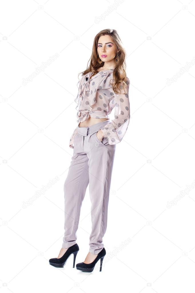 36291932fb Hermosa morena joven en una blusa y pantalones posando aislada sobre fondo  blanco — Foto de ...