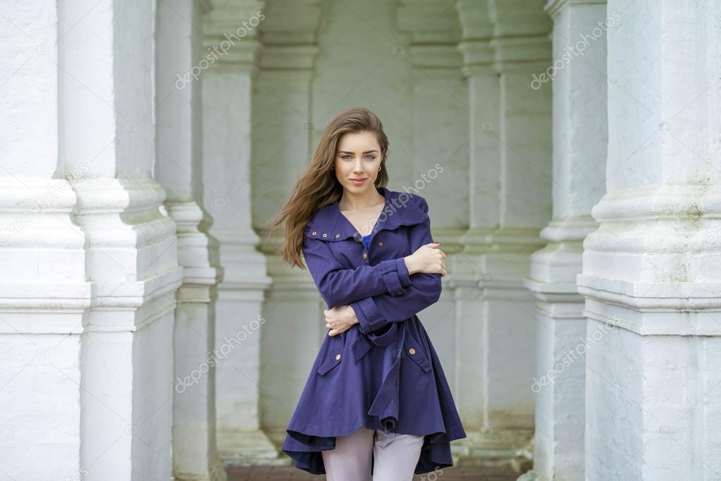 portrait d 39 une belle jeune femme sexy en habit bleu fonc photographie arkusha 81410186. Black Bedroom Furniture Sets. Home Design Ideas