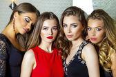 Zblízka portrétní čtyři krásné okouzlující modelů ve studiu