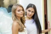 Fascinující portrét dvou mladých krásných žen