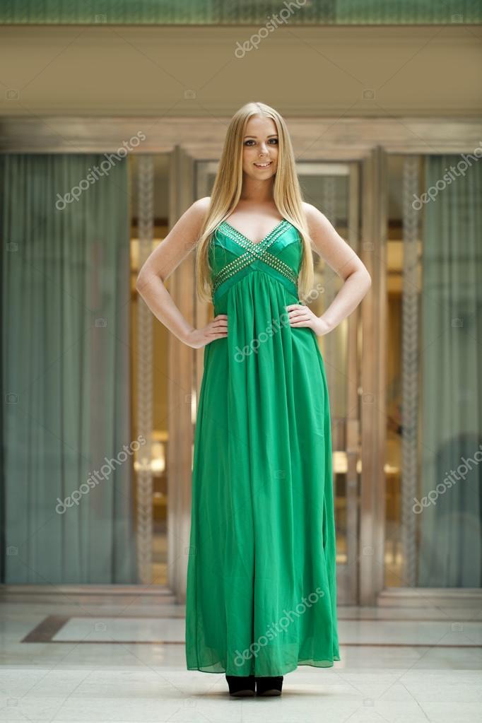 765879f7e405 Ευτυχισμένος όμορφη γυναίκα σε ένα πράσινο μακρύ φόρεμα — Φωτογραφία Αρχείου