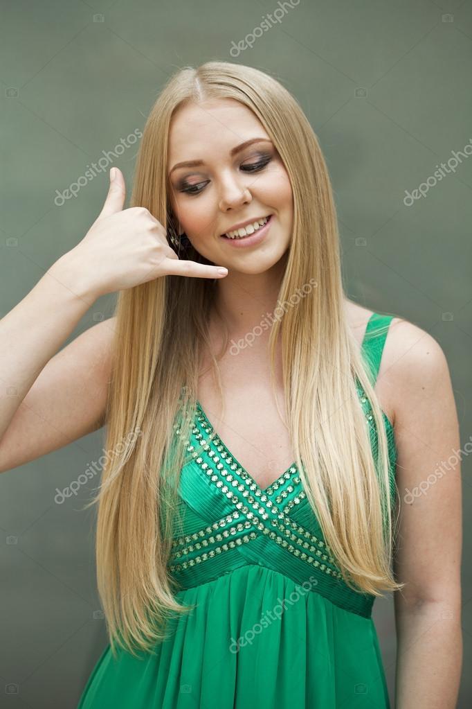 Ruf mich Sexy junge Frau im grünen Kleid, die mich anrufen Gestur ...