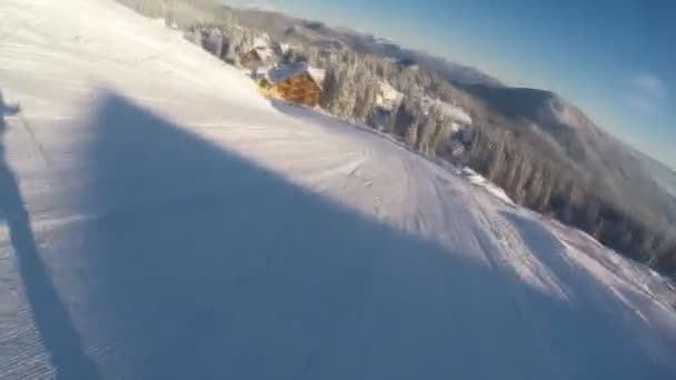 lyžař lyžování dolů z kopce