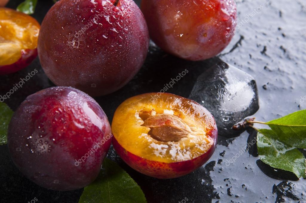 Ripe plums with leaves — Free Stock Photo © nanka-photo #83586762