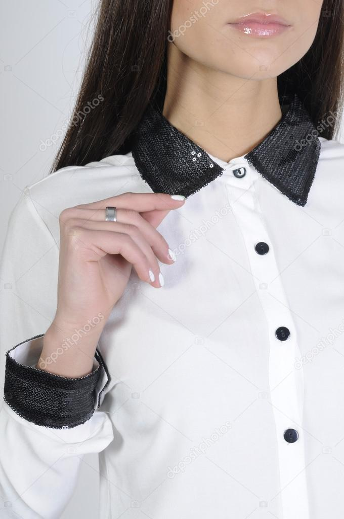 9725ba2082ba Mädchen in weißen Bluse mit schwarzen Kragen — Stockfoto © nanka ...