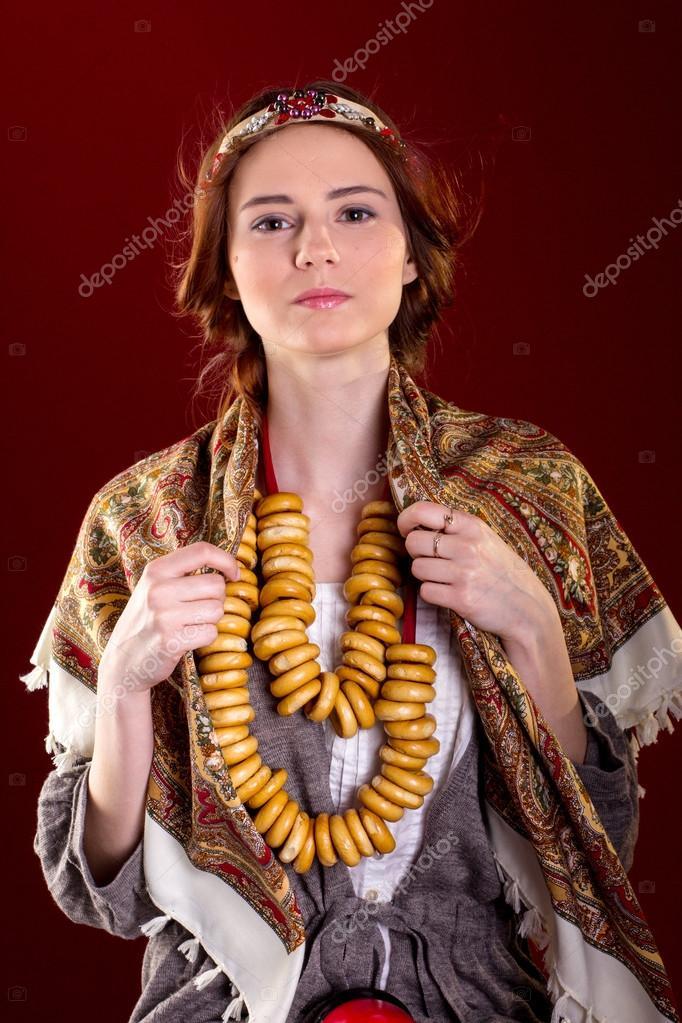 Hübsches Mädchen in russischer Nationalkleidung