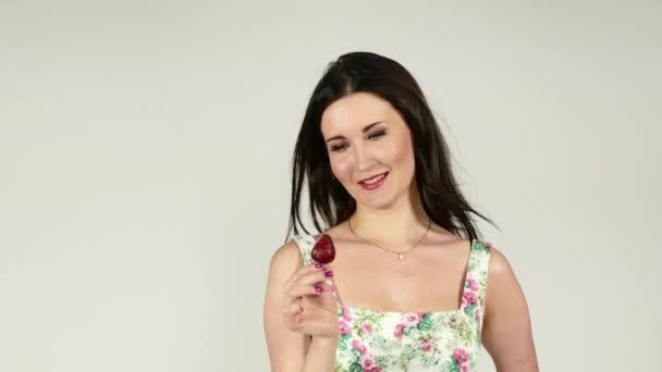 Krása ženy těší čerstvé jahody