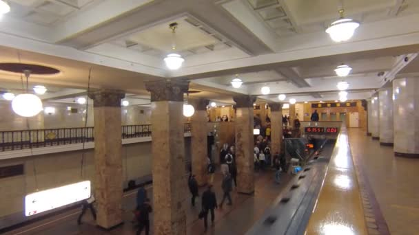 Cestující na metro a vlak přijíždí na stanici Komsomolskaja moskevského metra