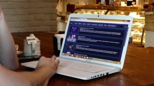 Webové stránky NASA na displeji notebooku v kavárně