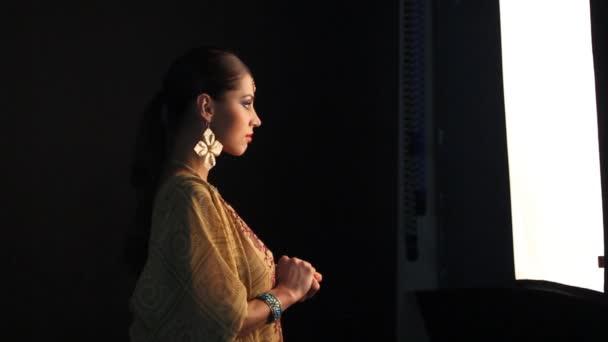Schöne indische Mädchen tanzen in nationalen Kleid