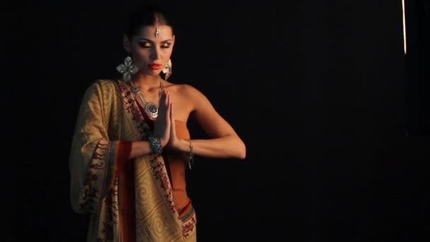 schöne indische Mädchen tanzen in Nationalkleidung