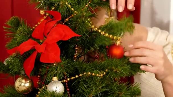 Frau Ihr Haus Schmücken Für Weihnachten U2014 Stockvideo
