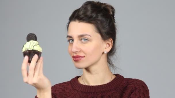 Schöne Frau mit süßen Kuchen