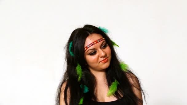 Krásná mladá žena tvář blízko se s hippie umění tvoří