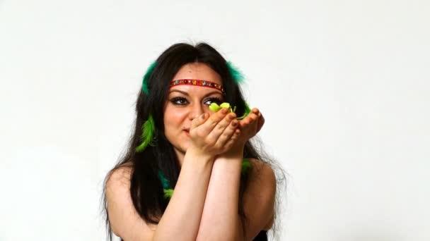 Gyönyörű fiatal nő arca közel, a hippi művészet töltsük fel