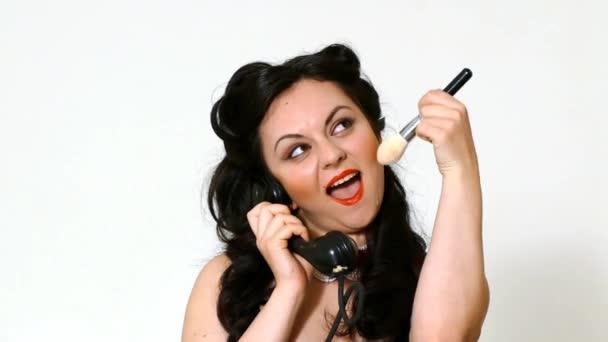 portrét ženy v retro stylu s telefonem