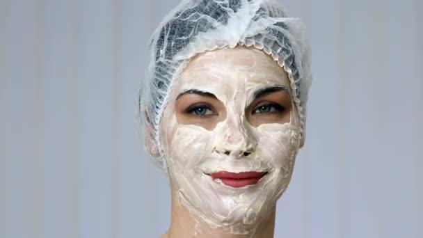 Uvolněná žena s hlubokou očistu vyživující maska