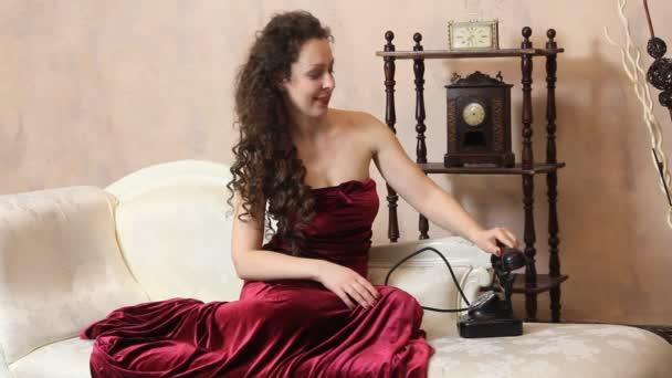 Frau im Vintage-Zimmer posiert auf Sofa