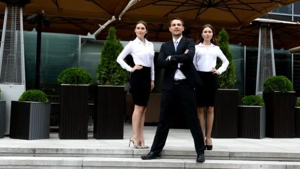 Skupina jistotu profesionálním manažerům stojící před úřad