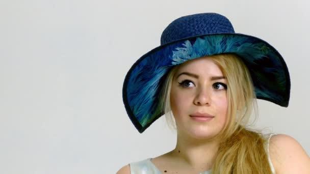Fiatal plusz méretű modell nagy kalapban pózol