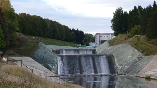 přepad hráze vodní elektrické energie