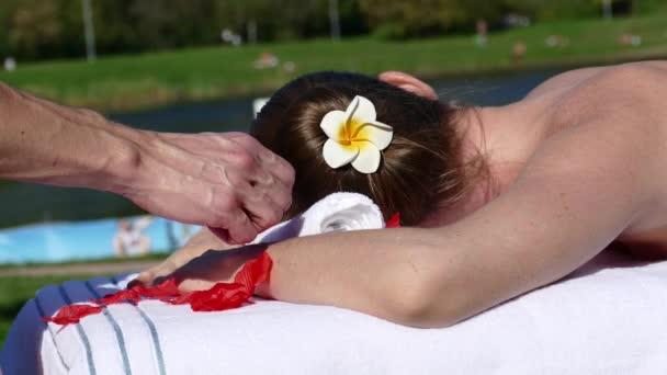 Caucasian Frau liegend auf einem Massagetisch im freien
