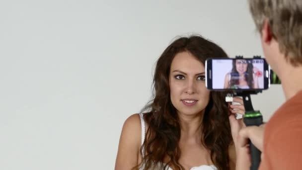 Hezká žena v prádle pózuje pro fotografa