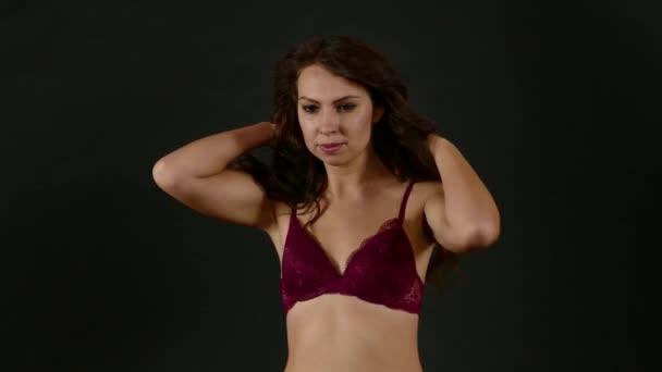 Atraktivní Sexy žena s představuje krásné tělo a nosit červené spodní prádlo
