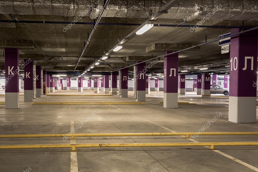 parcheggio garage sotterranei interni luci al neon in